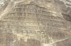 Hassan Karnataka, Indien - September 12, 2009 forntida stenbaslättnad av den Jain tirthankaraen Arkivbilder