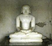 Hassan Karnataka, Indien - September 12, 2009 forntida vit färgmarmorstaty av den Jain tirthankaraen Royaltyfri Fotografi