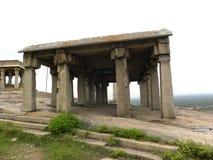 Hassan Karnataka, Indien - September 12, 2009 Jain tempel för forntida brun färgsten överst av berget Royaltyfria Bilder