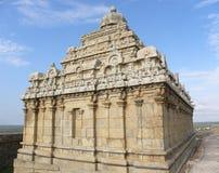 Hassan Karnataka, Indien - September 12, 2009 Jain tempel med det utsmyckade tornet överst av berget Arkivbilder