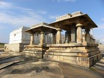 Hassan Karnataka, Indien - September 12, 2009 Jain tempel och relikskrin med stenpelare på den Chandragiri kullen Arkivbilder