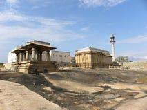 Hassan Karnataka, Indien - September 12, 2009 Jain tempel på komplexet för Chandragiri kulletempel överst av berget Arkivfoto