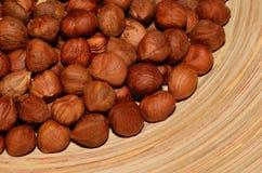 Hasselnötter i en bunke Arkivfoton
