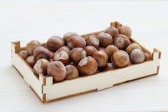 Hasselnötter i en dekorativ ask Arkivfoto