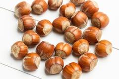 Hasselnötter på en vit tabell Royaltyfri Foto
