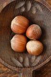 Hasselnötter på träskeden Royaltyfri Bild
