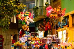 HASSELT BELGIA, SIERPIEŃ, - 8 2018: Produkty w pamiątkarskim butiku zdjęcia royalty free