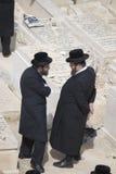 hassidic jews som talar två Arkivfoto