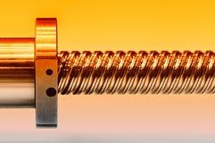 Haste de aço com uma linha de parafuso, um detalhe do círculo do metal fotos de stock