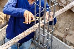 Haste de aço de dobra do trabalhador para o trabalho da construção Fotografia de Stock Royalty Free