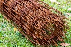 Haste de aço velha para a construção na grama verde fotografia de stock royalty free