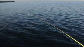 Haste de pesca a bordo de um barco video estoque