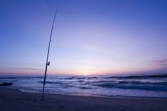 Haste de pesca na praia imagem de stock