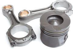 A haste de pistão e a gasolina dois ou o motor diesel são isolados em um fundo branco Fotos de Stock Royalty Free