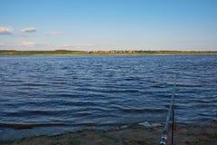 Haste do alimentador no banco do rio Dvina do norte fotos de stock royalty free
