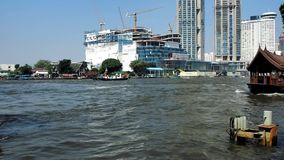 Hasten des Verkehrs auf Chao Phraya River in Bangkok stock video footage