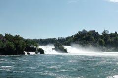 Hasten von Wasserfällen, Risse auf Stromschnellen von Rhein am heißen Sommertag im Bereich Nationalparks Schaffhausen outdoor Rei lizenzfreies stockfoto