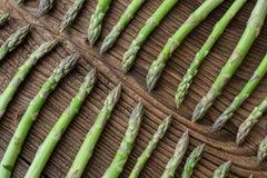 Hastes cruas do aspargo de jardim Vegetais verdes frescos da mola Fotos de Stock Royalty Free