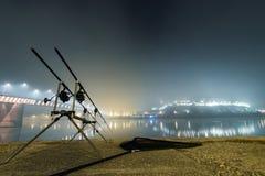 Hastes da carpa na noite nevoenta Edição urbana Pesca da noite Imagem de Stock Royalty Free