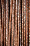 Hastes de ferro vermelhas oxidadas usadas na construção fotos de stock