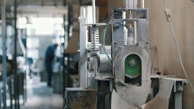 Hastes de fibra de vidro do corte - fabricação do reforço composto, indústria para a construção, fim acima video estoque
