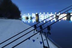 Hastes dobrando de giro do carretel da carpa na noite do inverno Pesca da noite Fotografia de Stock