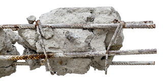 Hastes oxidadas de aço no concreto Coluna concreta danificada isolada Fotos de Stock Royalty Free