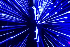 Hastighet av ljus - blåa spår från punkter av ljus i utrymme Arkivbilder
