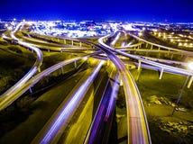 Hastighet av utbyte Austin Traffic Transportation Highway för ljushuvudvägöglor Arkivbilder