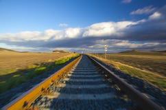 hastighet Enkel järnvägsspår på solnedgången, Tjeckien royaltyfri foto