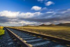 hastighet Enkel järnvägsspår på solnedgången, Tjeckien arkivfoton