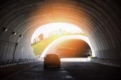 Hastighet för bil för trafik för huvudvägvägtunnel på gatan och ljust ljus på slutet av tunnelen arkivfoton