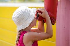hastighet för glidbana för lekplats för spelrum för fritid för unge för utrustning för uppgiftspojkebarn Royaltyfri Foto