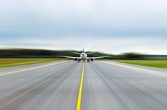 Hastighet för landningsbana för flygplats för remsa för textur för asfaltväg arkivbilder