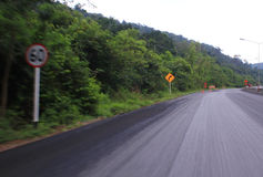 Hastighet på farlig väg Arkivbild
