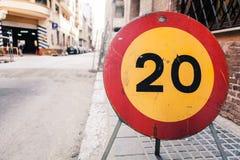Hastighetsbegränsning för vägmärke 20 Fotografering för Bildbyråer