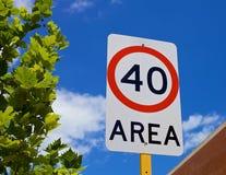 Hastighetsbegränsning fyrtio för trafiktecken Arkivfoton