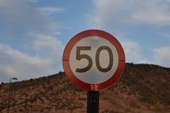 Hastighetsbegränsning 50 nära ett berg royaltyfri fotografi