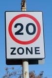 Hastighetsbegränsning - zontecken för 20 mph Royaltyfri Fotografi