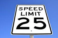 Hastighetsbegränsningtecken Royaltyfri Foto