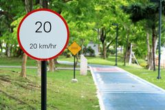 Hastighetsbegränsningtecken 20 Arkivfoto