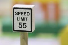 Hastighetsbegränsningtecknet träToy Set - spela fastställda bildande leksaker för Royaltyfri Foto
