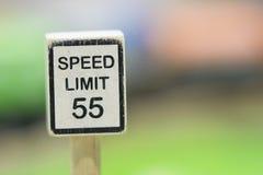 Hastighetsbegränsningtecknet träToy Set - spela fastställda bildande leksaker för Arkivbild