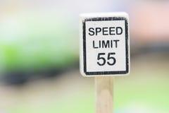 Hastighetsbegränsningtecknet träToy Set - spela fastställda bildande leksaker för Arkivfoto