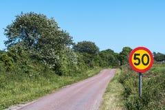 Hastighetsbegränsningtrafiktecken Arkivbild