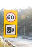 Hastighetsbegränsningvägmärke på landsvägen, hastighetsbegränsning 60 Royaltyfria Foton