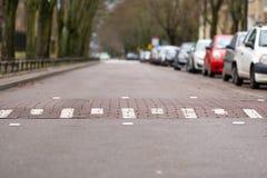 Hastighetsbula på den tomma gatan i Warszawa, Polen, bilar på en sida av gatan, utmaningsymbol royaltyfri fotografi