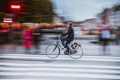 Hastighetscykel som panorerar i den Copenaghen staden royaltyfria bilder