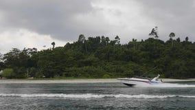 Hastighetsfartyg i havet lager videofilmer