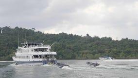 Hastighetsfartyg i havet arkivfilmer